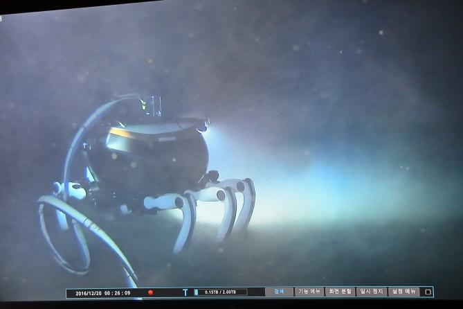 해저탐사로봇 CR6000의 해저보행 모습. - 선박해양플랜트연구소 제공